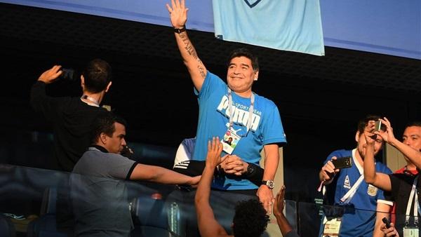 الفيفا يلغي عقده مع مارادونا