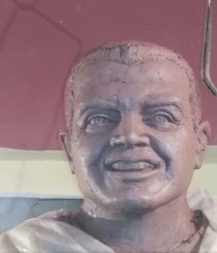 تداول رواد موقع التواصل الاجتماعي فيس بوك صوراً لتمثال منحوتلشهيد البطل العقيد أركان حربأحمد المنسي في ميدان بمنيا القمح.