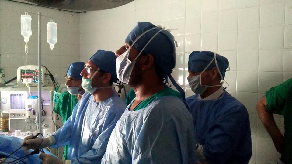 نائب الشرقية يجري عمليات جراحية في قافلة طبية
