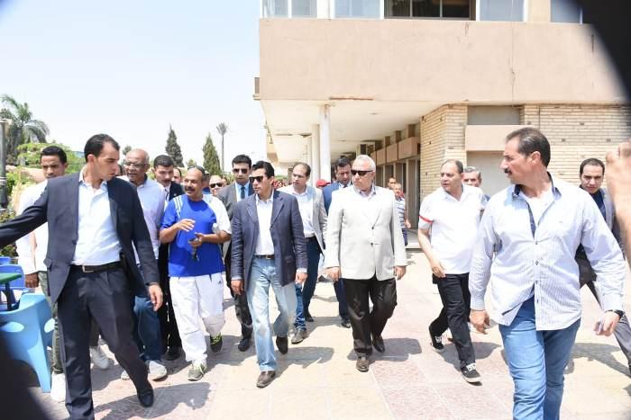 وزير الشباب ومحافظ الشرقية يتفقدان نادي الرواد بمدينة العاشر من رمضان