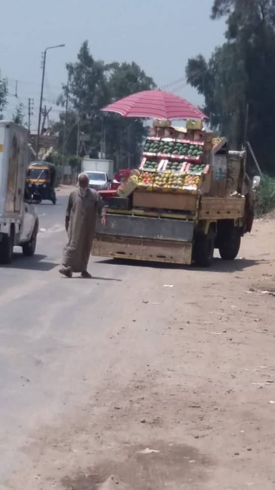 رفع سيارة بيع فاكهة على طريق الزقازيق المنصورة