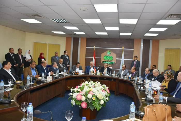 القوى العاملة ومحافظ الشرقية يشهدان مراسم إقرار علاوة لـ 40 شركة بالعاشر6