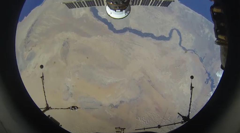 النيل والأهرامات في مشهد فضائي مهيب