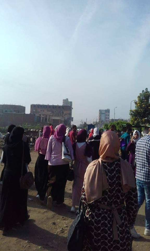 طلاب الجامعة في موقف ديرب نجم 2