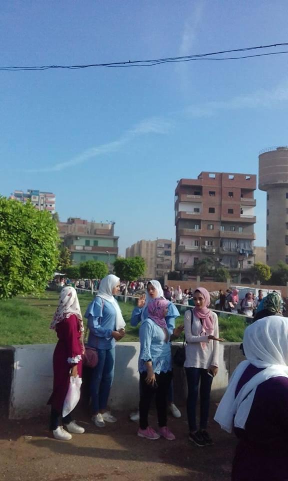 طلاب الجامعة في موقف ديرب نجم 4