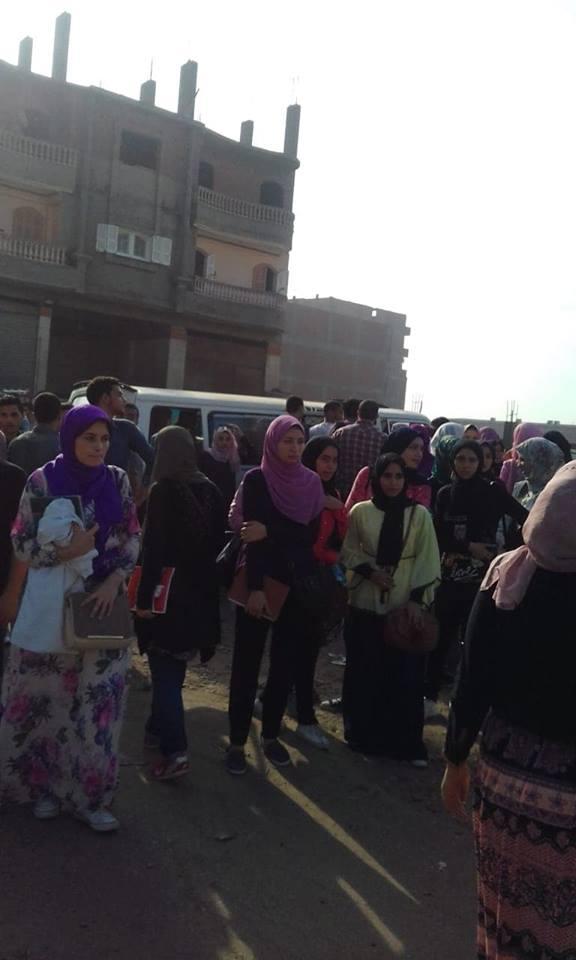 طلاب الجامعة في موقف ديرب نجم