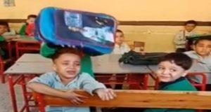 طفل يبكي في الفصل لرغبته في النوم