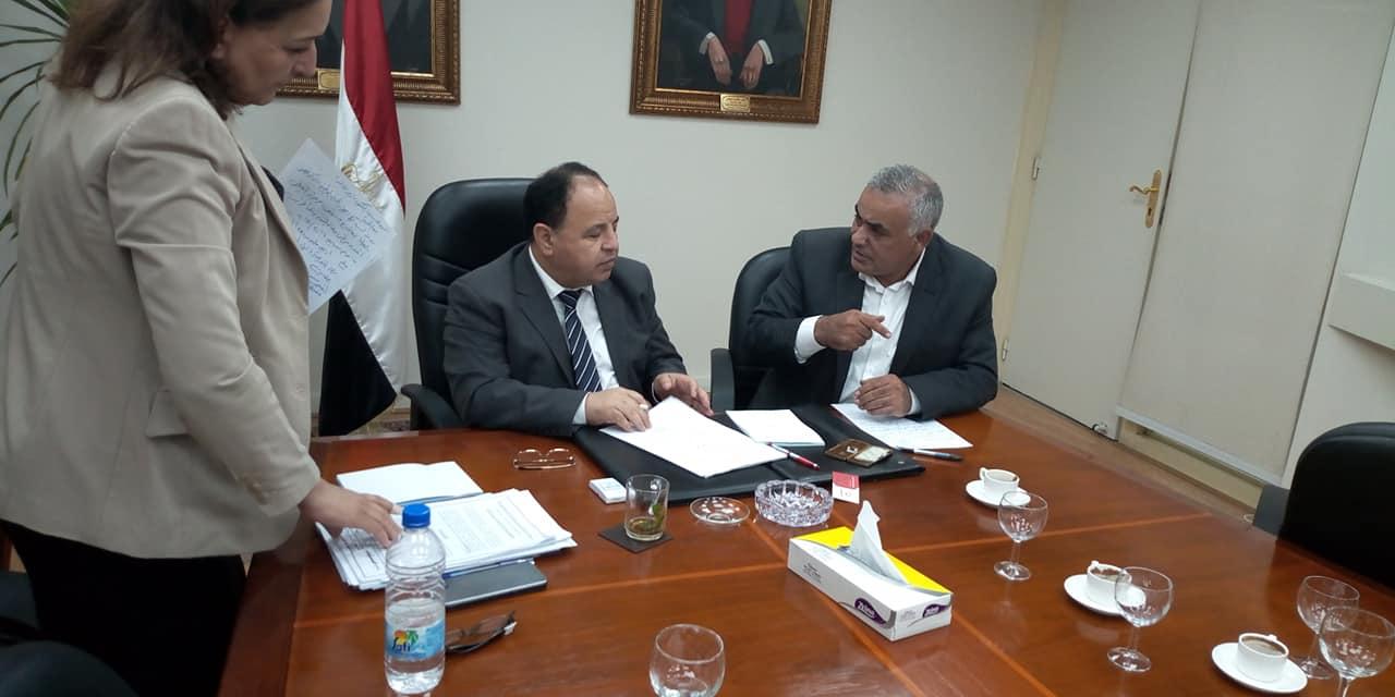 عضو مجلس النواب مع وزير المالية