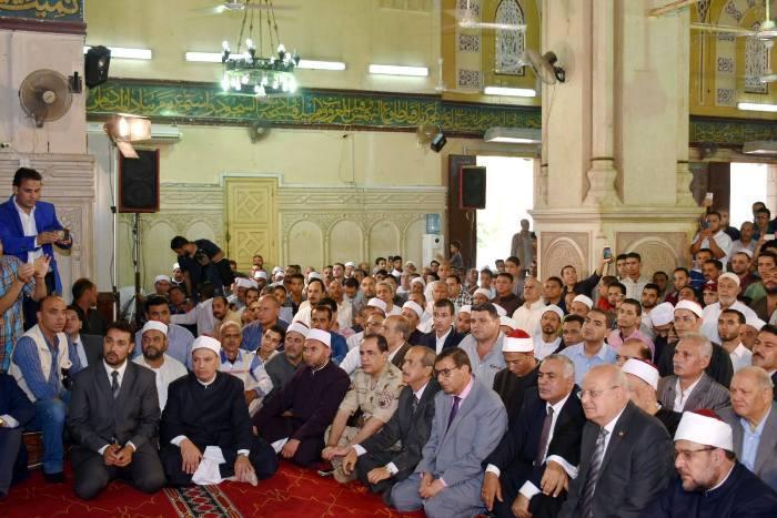 الأوقاف ومحافظ الشرقية يؤديان صلاة الجمعة بمسجد الفتح بمدينة الزقازيق2