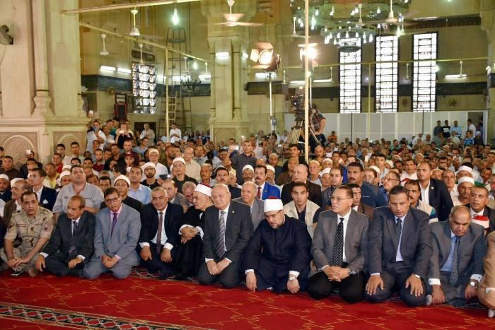 الأوقاف ومحافظ الشرقية يؤديان صلاة الجمعة بمسجد الفتح بمدينة الزقازيق3