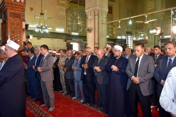 الأوقاف ومحافظ الشرقية يؤديان صلاة الجمعة بمسجد الفتح بمدينة الزقازيق5