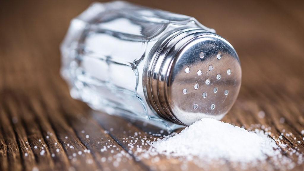 الملح لاخفاء انتفاح العين