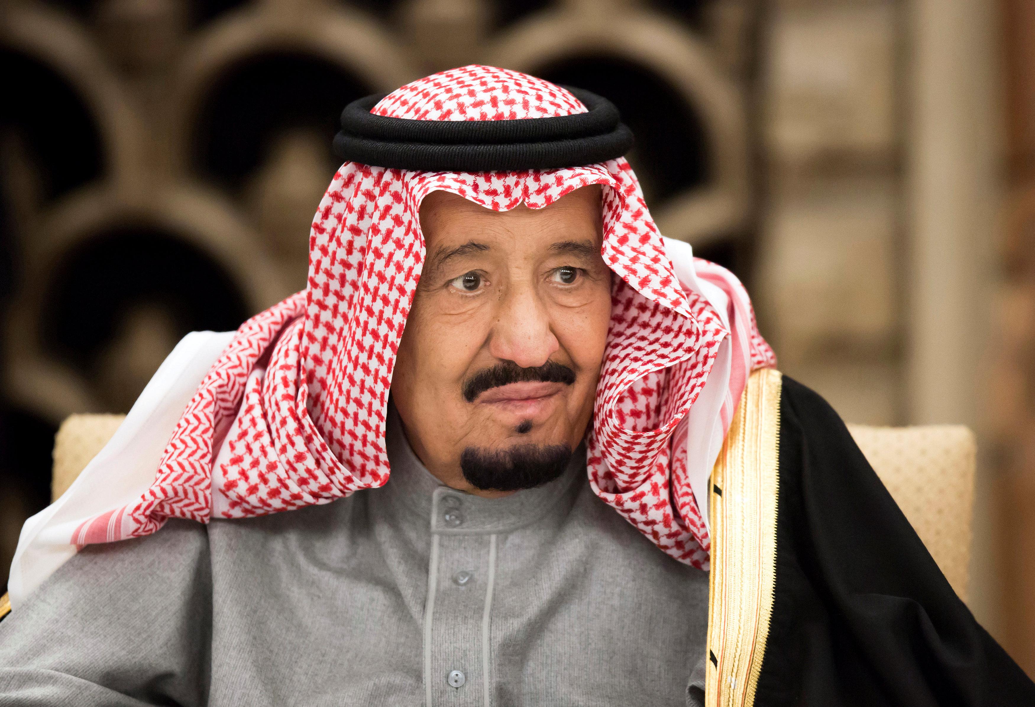 الملك سلمان يأمر بإعادة صرف العلاوة السنوية لموظفي السعودية