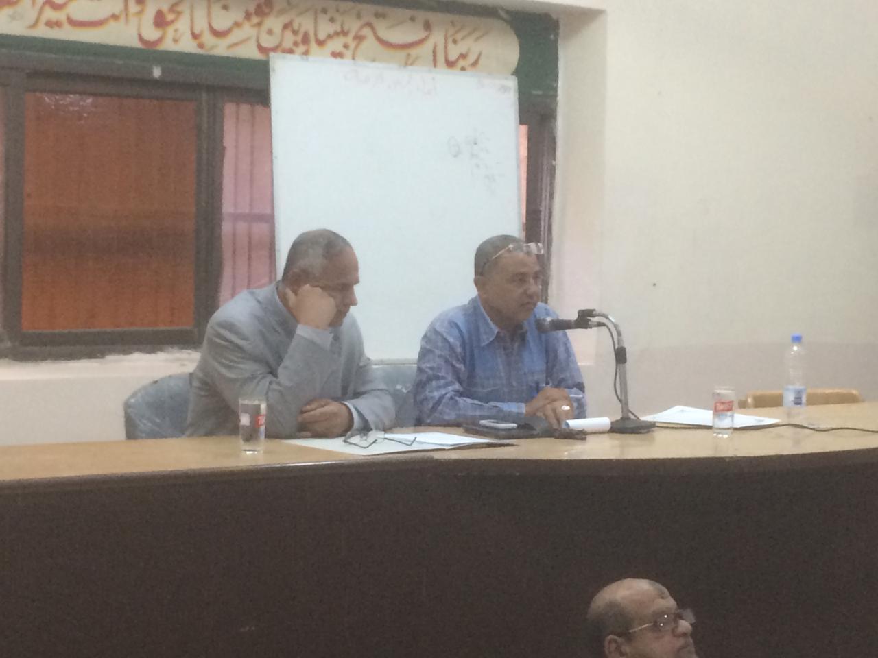 رئيس مدينة الزقازيق يجتمع مع رؤساء الأقسام لهذا السبب