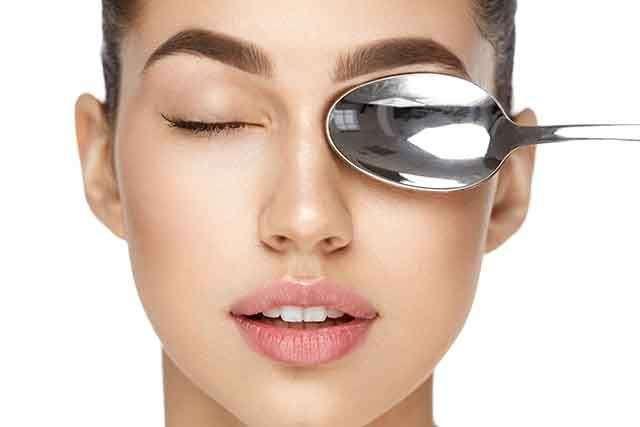 ملعقة مثلجة لعلاج انتفاخ العين