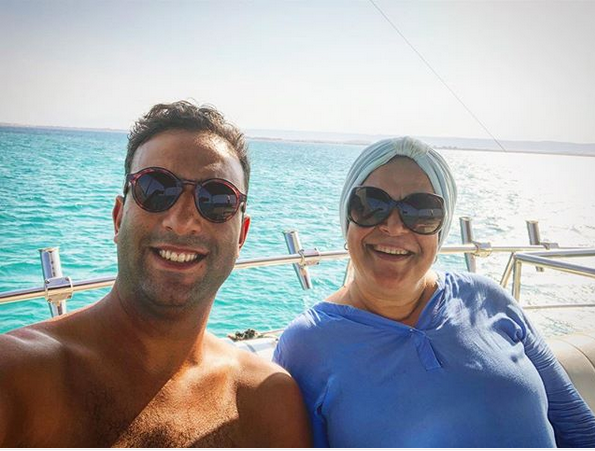 مع والدته
