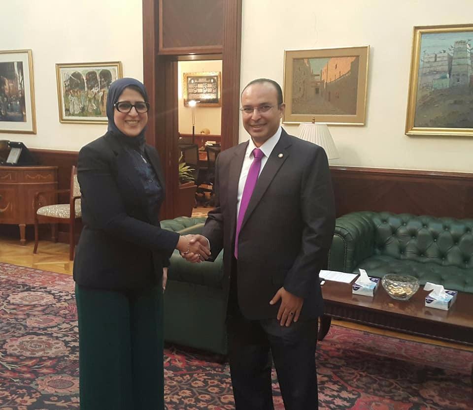 وزيرة الصحة والسكان تكرم مدير مستشفي بالشرقية