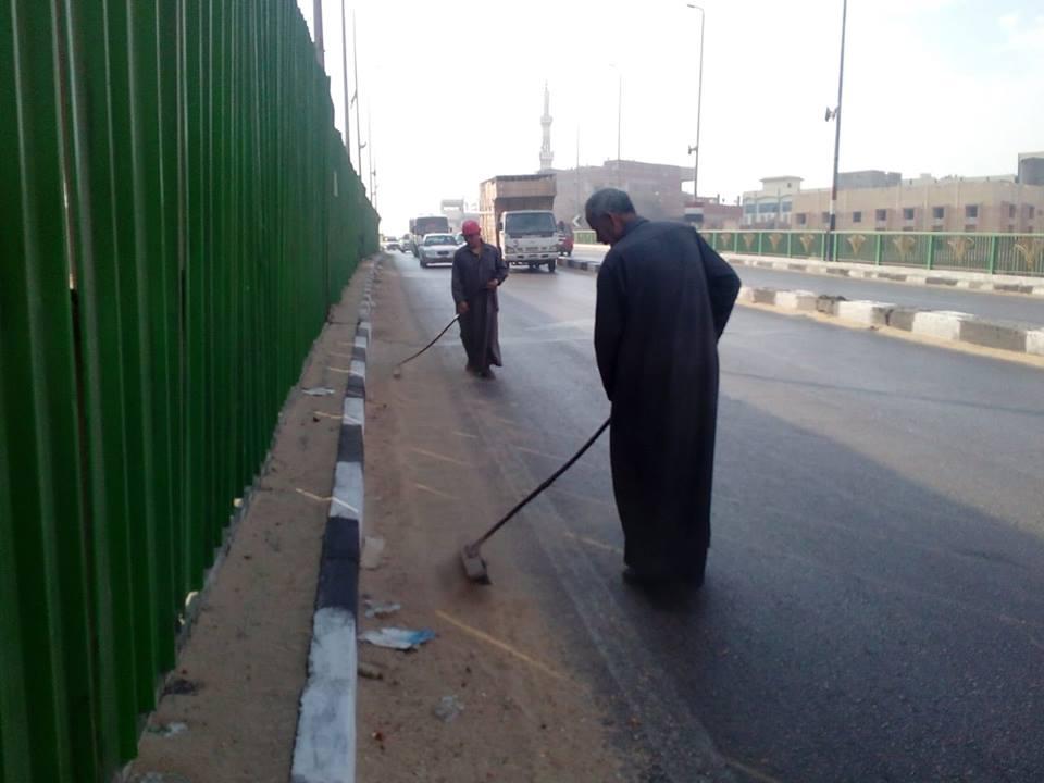 أعمال رفع القمامة من الطرق الرئيسية بالزقازيق2