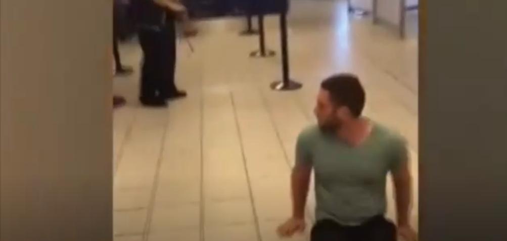 رجل من ذوي الاحتياجات الخاصة يقاضي مطار دولي