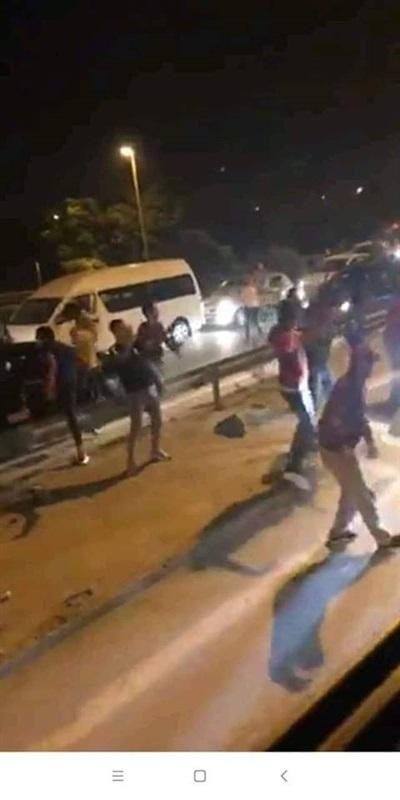 لحظة اعتداء جمهور الترجي على حافلة الأهلي