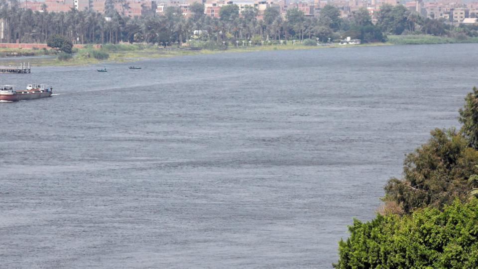 أب يلقي أبناءه الثلاثة في النيل وينتحر