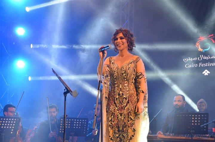 أصالة تسخر من فستان رانيا يوسف