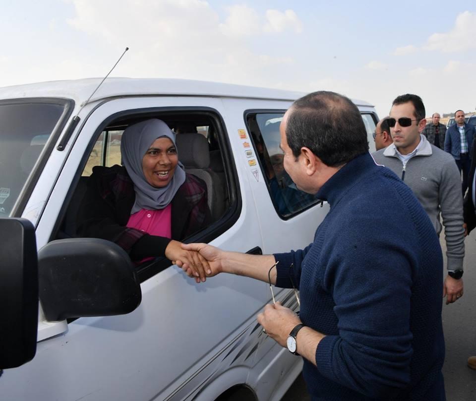 السيسي يصافح سيدة تقود ميكروباص