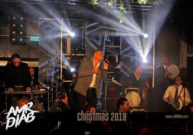 عمرو دياب يظهر بدبلة الخطوبة في حفلته