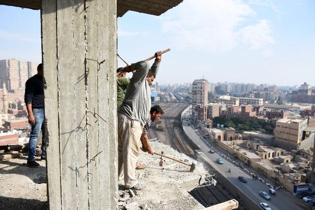 محافظ الشرقية يزيل 3 أدوار مخالفة في أحد عقارات الزقازيق
