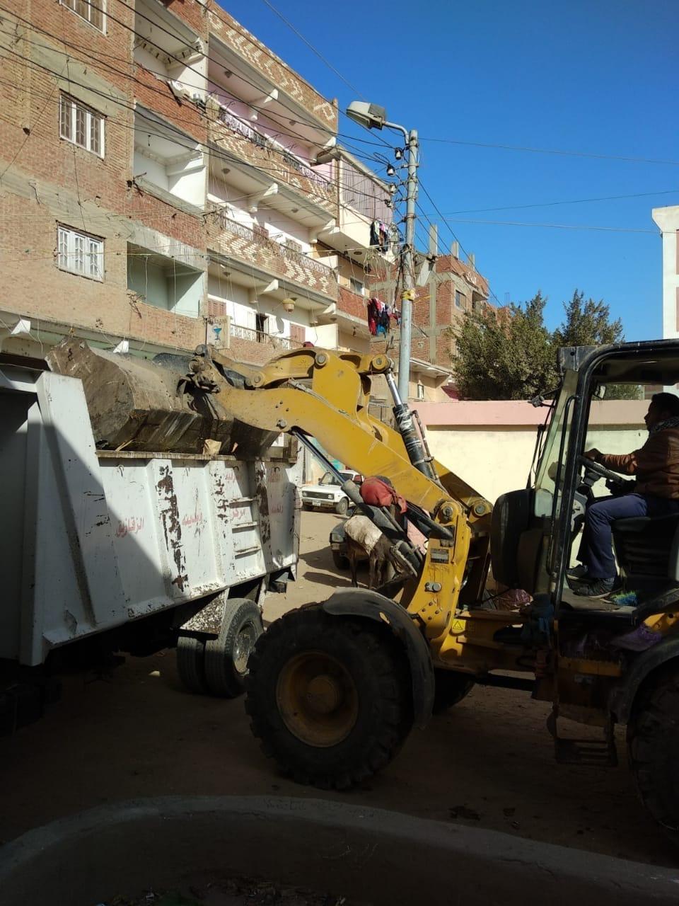 القمامة في محيط مدرسة غزالة الخيس بالزقازيق2