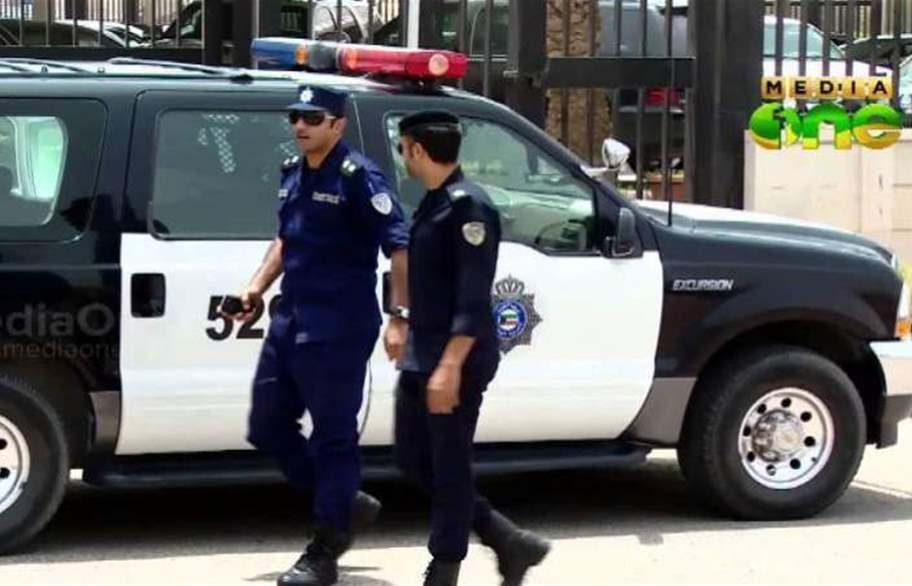 مصرية وكويتي يتعاطيان المخدرات في سيارة بالكويت