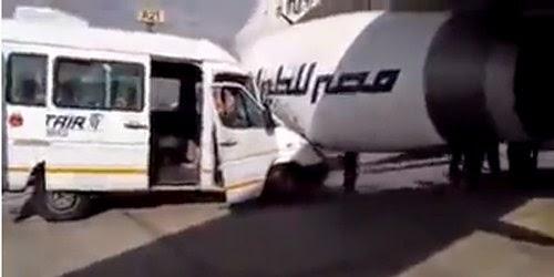 طائرة إماراتية تصطدم بسيارة قبل إقلاعها من مطار القاهرة