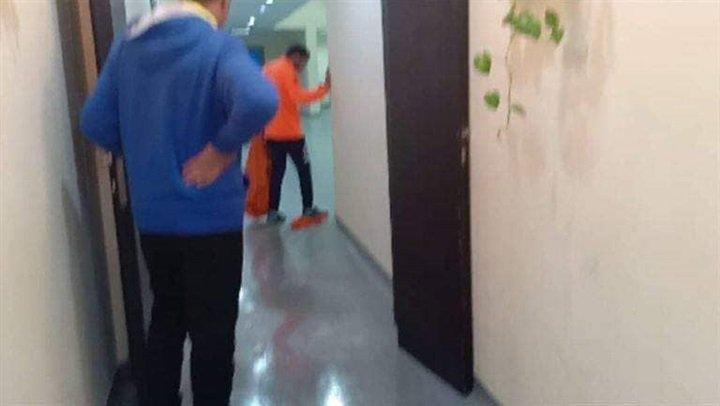 عمال بيراميدز يمسحون غرفة ملابس الفريق بالماء والملح