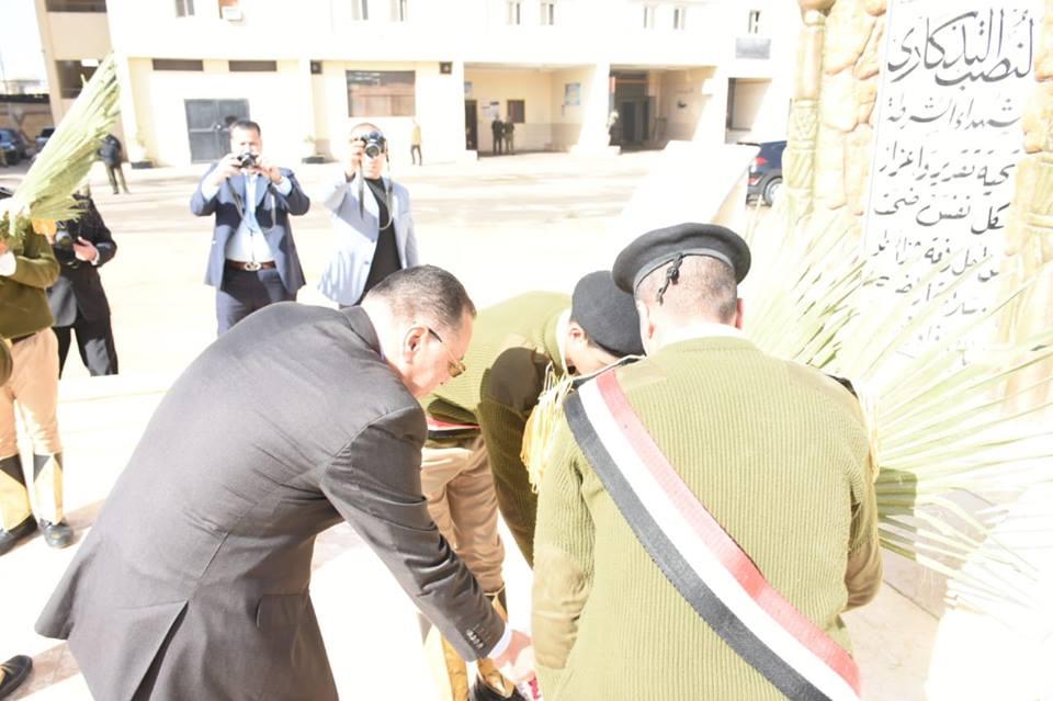الشرقية ومدير الأمن يضعان إكليلاً من الزهور على النصب التذكاري لشهداء الشرطة