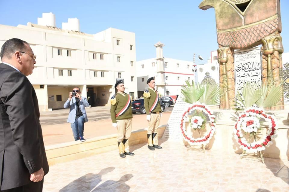 الشرقية ومدير الأمن يضعان إكليلاً من الزهور على النصب التذكاري لشهداء الشرطة2