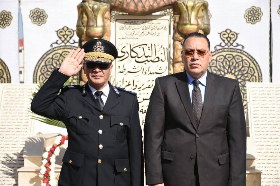 الشرقية ومدير الأمن يضعان إكليلاً من الزهور على النصب التذكاري لشهداء الشرطة3