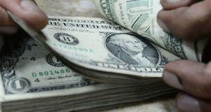الدولار يسقط إلى أدنى سعر له منذ عامين