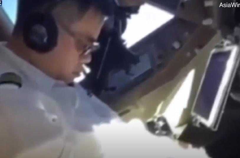 فضيحة طيار يغط في نوم عميق والطائرة في الجو
