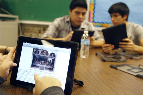 ويزر التعليم يكشف موعد توزيع التابلت على الطلاب
