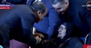 السيسي يُقبل رأس والدة أحد الشهداء