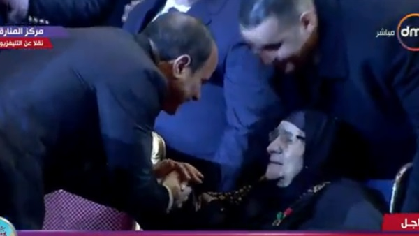 يُقبل رأس والدة أحد الشهداء 2
