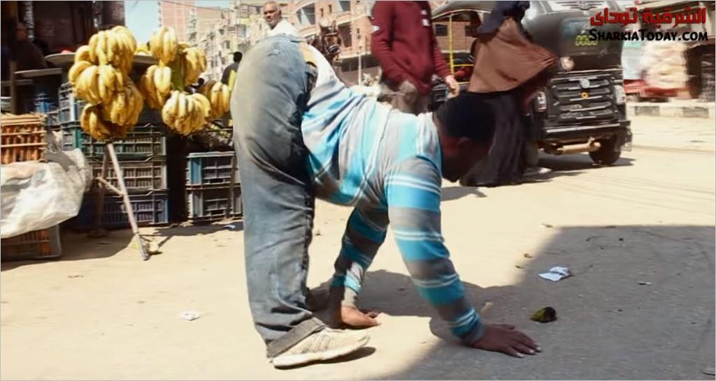 رجل من الزقازيق يمشي على يديه ورجله