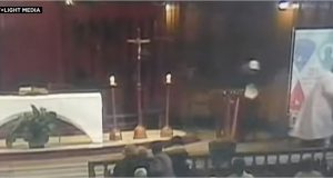 رجل يطعن قساً أثناء قداس في كنيسة بكندا
