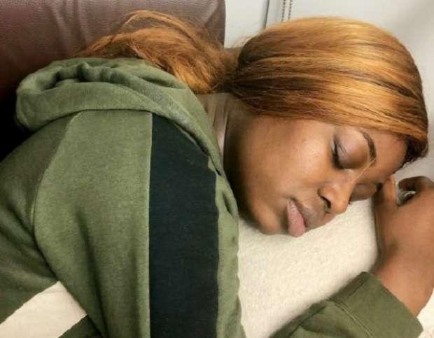 طالبة تنام 22 ساعة في اليوم