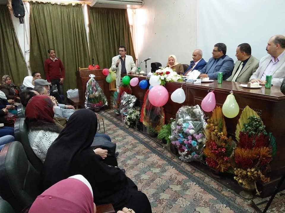 كلية الآداب يكرم مديرة استحقاقات أعضاء هيئة التدريس لبلوغها السن المعاش2