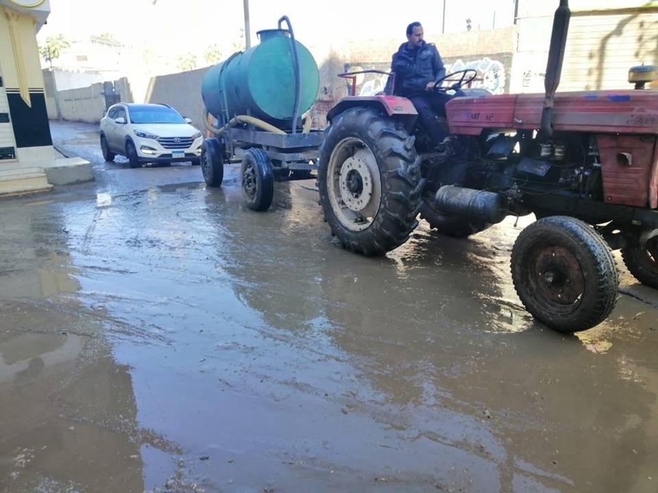 رئيس مركز أبوكبير يتابع أعمال شفط المياه الناتجة عن الأمطار