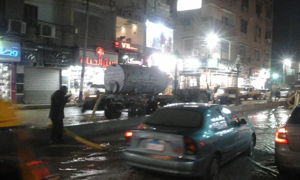 حملة نظافة و شفط مياه الأمطار ليلاً بفاقوس