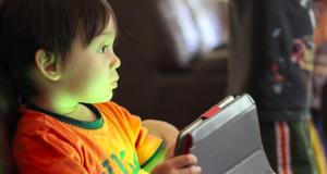 تأثير الهواتف الذكية و أجهزة الحاسوب على نمو الأطفال