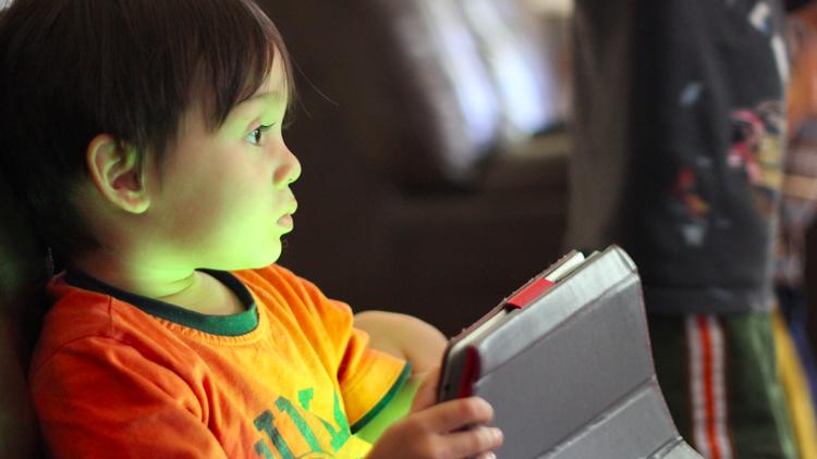 الهواتف الذكية والحاسوب تؤثر على نمو الأطفال