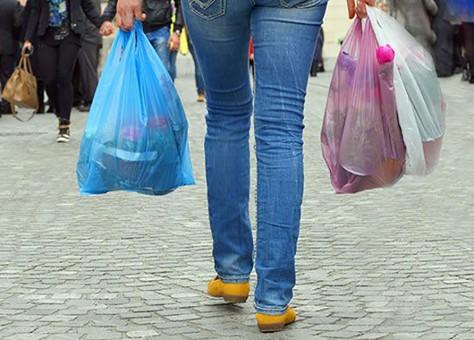 وزيرة البيئة تحذر من خطورة الأكياس البلاستيك